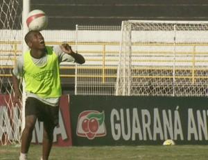 Atacante Cafu, do XV de Piracicaba brinca com a bola durante treino (Foto: Reprodução/ EPTV)