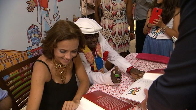 Vânia Abreu lança livro com história inspirada em Riachão (Foto: TV Bahia)