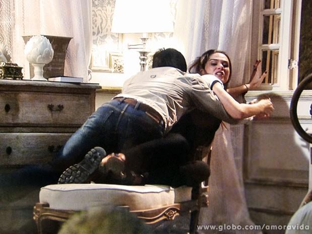 Thales tenta impedir, mas Leila joga o computador pela janela (Foto: Amor à Vida/TV Globo)