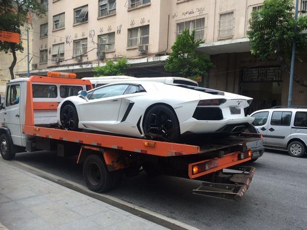 Carro importado de Eike Batista chega a estacionamento da Justiça Federal na tarde desta sexta(6) (Foto: Henrique Coelho/G1)