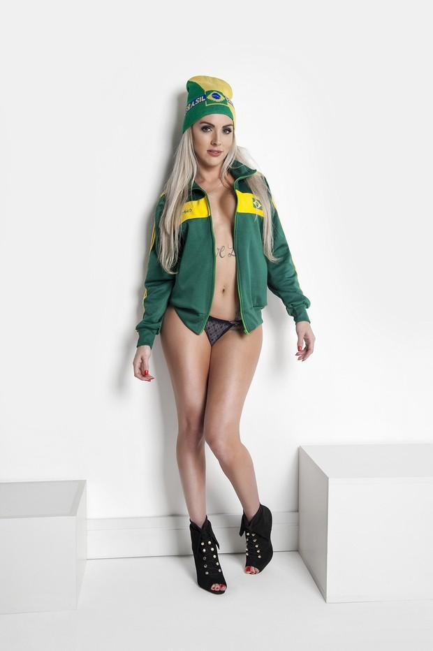 EGO - Luanda Fraga posa sensual em verde e amarelo e torce pelo ... 1a6fb46d1596a