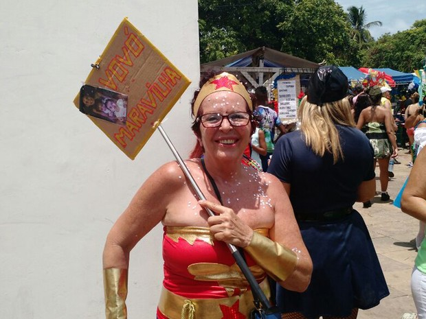 Carminha Pinheiro tem 60 anos e há quatro se veste de Vovó Maravilha no carnaval de Olinda. (Foto: Penélope Araújo/G1)