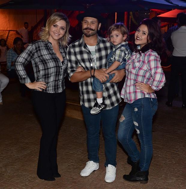 Marcos, da dupla com Belutti, posa com a mulher,  Lu Marchioto, e os filhos Léo e Larissa (Foto: Francisco Cepeda/AgNews)