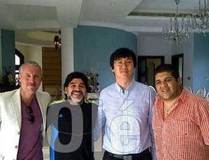 Maradona com empresário chinês (Foto: Reprodução/Olé)