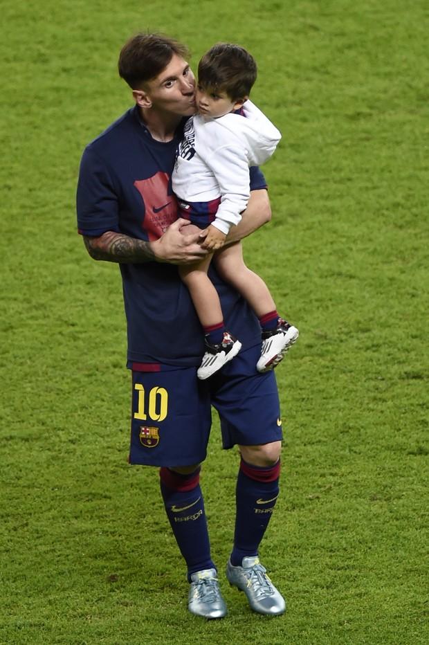 Lionel Messi e o filho Thiago (Foto: AFP)