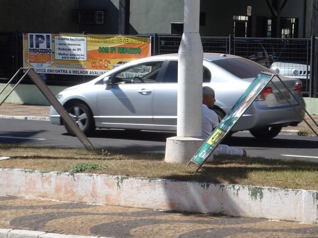 Pedestre descansa no canteiro central da Bady Bassitt cercado por cavaletes (Foto: Marcos Lavezo / G1)