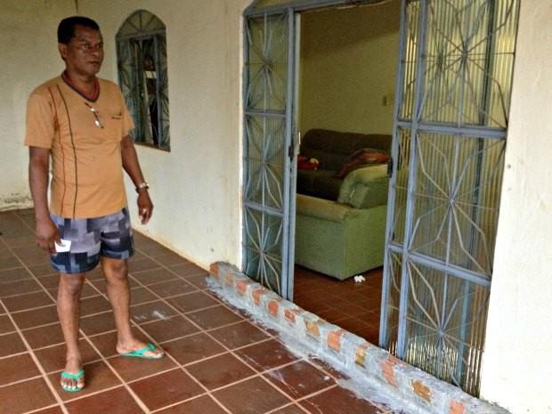 Vitorino construiu uma barreira com tijolas para impedir a água de entrar em casa, mas na última alagação a enchente atingiu o dobro da altura da barreira (Foto: Larissa Matarésio/G1)