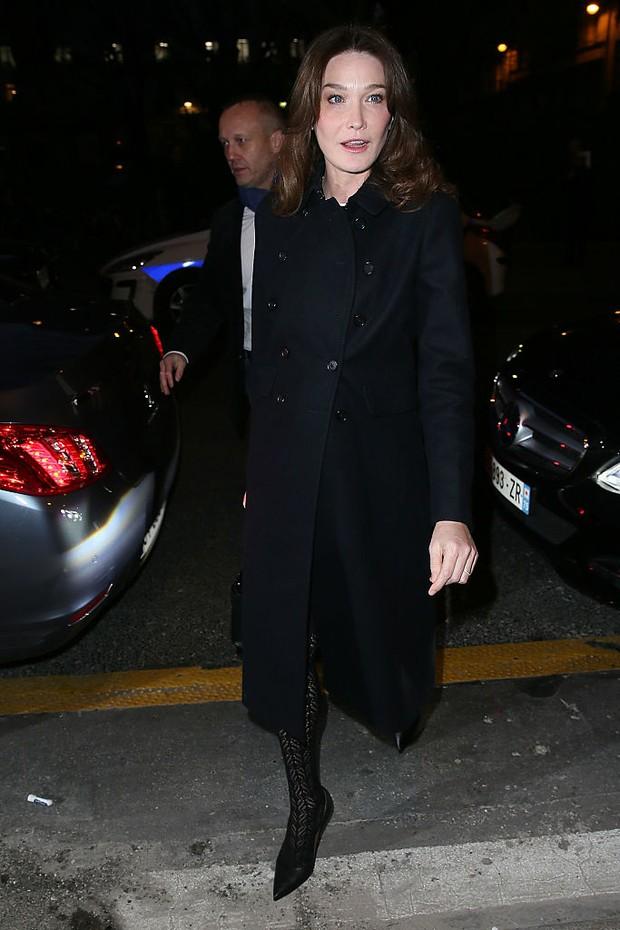 Carla Bruni chega para o desfile da Givenchy em Paris (Foto: Getty Images)