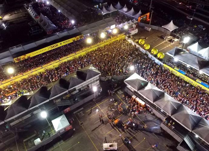 Imagem aérea mostra o corredor da folia, montado no largo da Arena das Dunas (Foto: Dinarte Mariz/DDrone)