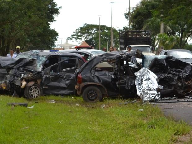 Após batida, veículos ficaram destruídos  (Foto: André Ferreira/Ibirá News)
