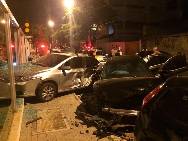 Carros estacionados ficaram destruídos após acidente em Jardim Camburi, em Vitória (Foto: Fernando Mendes/ Arquivo Pessoal)