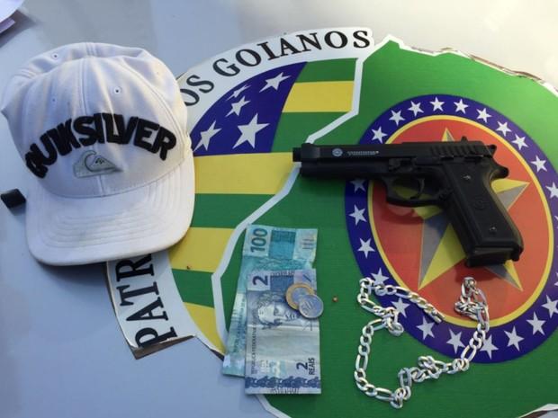 Policiais aprenderam dinheiro e arma de brinquedo com suspeitos, em Goiânia (Foto: Divulgalção/Polícia Militar)