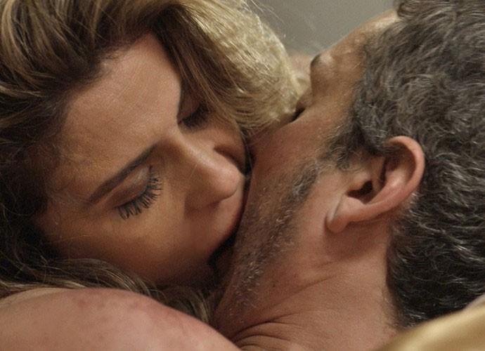 Atena e Romero se entregam um ao outro (Foto: TV Globo)