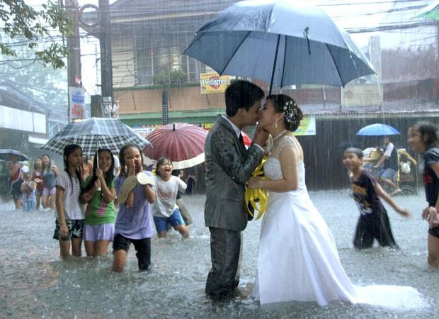 Casal acabou chamando atenção por se beijar com a água batendo quase na altura dos joelhos. (Foto: Reuters)
