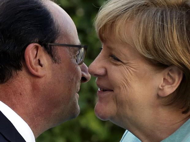 O presidente francês, François Hollande, cumprimenta a chanceler alemã, Angela Merkel, no Palácio do Eliseu, em Paris, nesta segunda-feira (Foto: Philippe Wojazer/Reuters)