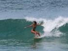 Dani Suzuki surfa na praia da Macumba, no Rio