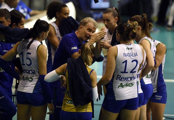 Bernardinho chegou a receber cartão amarelo no segundo jogo das semifinais da Superliga Feminina de Vôlei (Foto: André Durão)