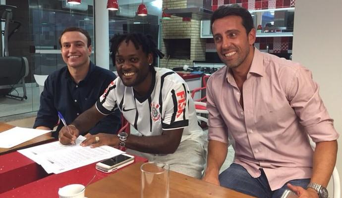Vagner Love assina contrato com o Corinthians (Foto: divulgação)