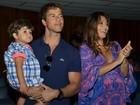 Com barrigão, Juliana Paes vai a musical com o marido e o filho