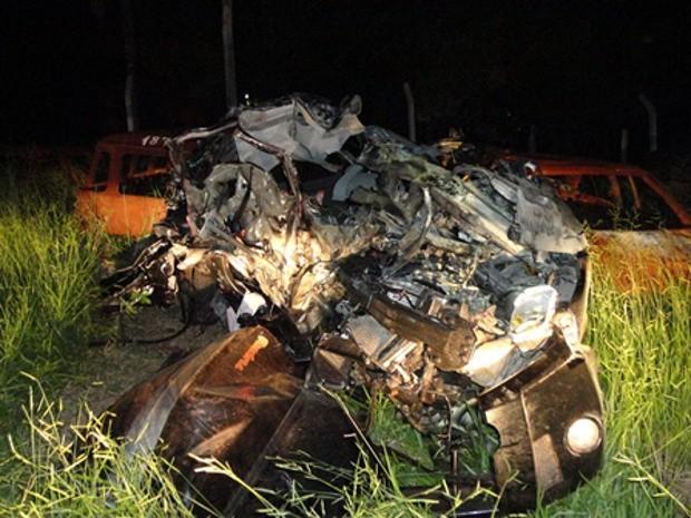 Carro ficou irreconhecível após a colisão (Foto: Antonio Ribeiro de Brito/Rádio Integração - São Manuel)