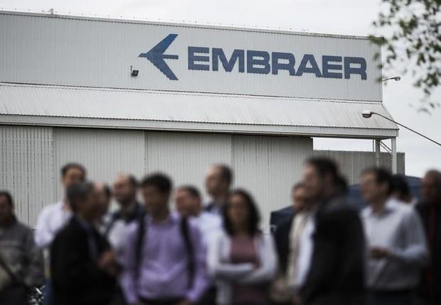 Funcionários em sede da Embraer em São José dos Campos, São Paulo (Foto: REUTERS/Roosevelt Cassio)