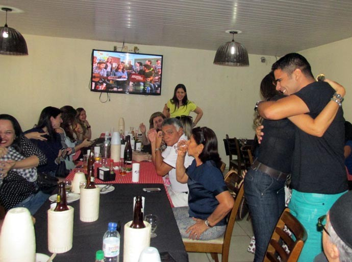 Apresentadores se abraçam ao final do programa (Foto: Katylenin França)
