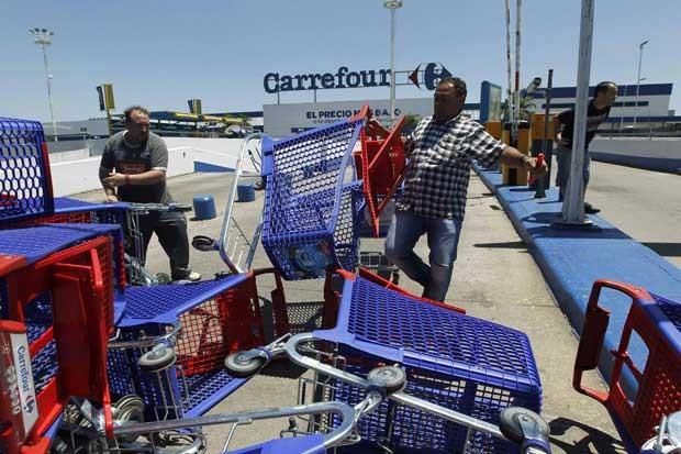 Comerciantes montam barricada com carrinhos para evitar saqueadores em San Fernando, nos arredores de Buenos Aires, nesta sexta-feira (21) (Foto: Reuters)