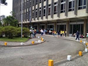 Movimento é tranquilo no Centro Politécnico de Curitiba, um dos maiores locais de prova (Foto: Sérgio Tavares / G1)