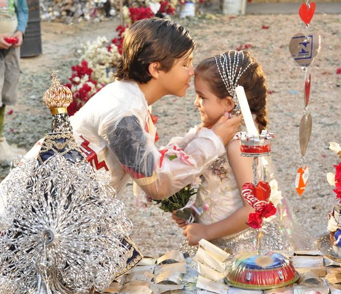 Bernardo Simões e Mel Maia, como Batata e Rita, se casam no lixão de 'Avenida Brasil' (Foto: Estevam Avellar / TV Globo)