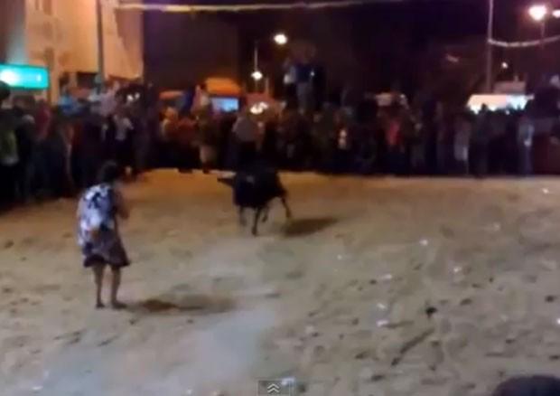 Mulher chegou a encarar de frente o touro. (Foto: Reprodução)
