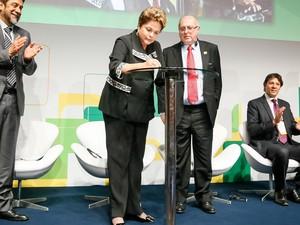 Presidenta Dilma Rousseff sanciona lei que estabelece princípios, garantias, direitos e deveres para o uso da internet no Brasil, durante cerimônia de abertura do Encontro Global Multissetorial sobre o Futuro da Governança da Internet - NET Mundial (Foto: Roberto Stuckert Filho/PR)