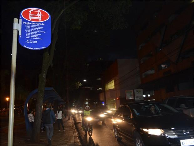 Pontos de ônibus estavam praticamente vazios na noite desta segunda-feira. (Foto: Fernanda Testa/G1)