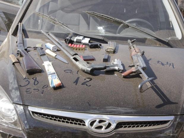 grande quantidade de armas e munições foram apreendidas nos veículos. (Foto: Valdivan Veloso / G1)