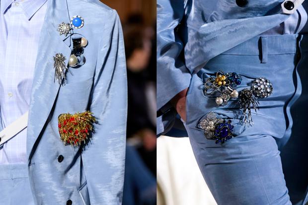 O lugar mais comum de se posicionar o broche é do lado esquerdo da blusa, na altura do peito – mas isso não é regra. Aplicações na calça também ficam superbacanas (Foto: ImaxTree/ Divulgação)
