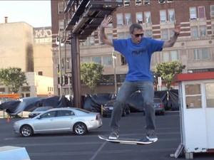 Em vídeo postado no YouTube, o skatista Tony Hawk flutua no skate voador HUVr. (Foto: Reprodução/Youtube.com)