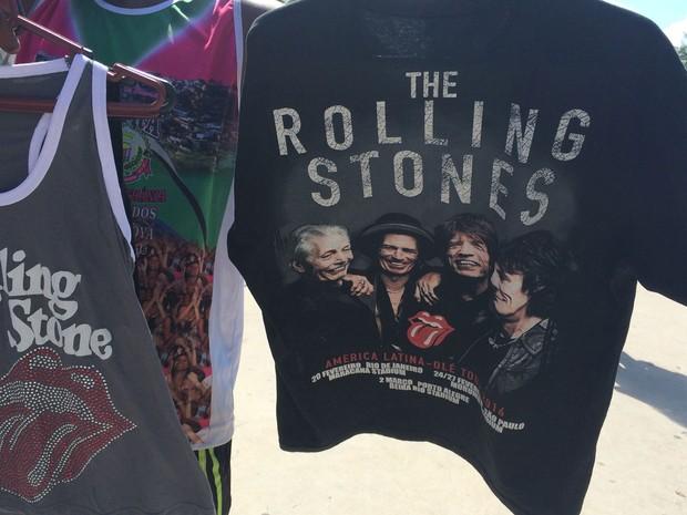 Camisas estampadas com o nome dos Rolling Stones eram vendidas por R$ 50 no entorno do Maracanã (Foto: Fernanda Rouvenat / G1)