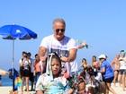 Kadu Moliterno e Yuri participam de desfile beneficente em praia do Rio