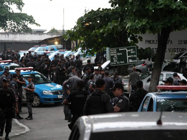 Força-tarefa faz operação para prender policiais militares de nove batalhões envolvidos com o tráfico; em Caxias, no Rio de Janeiro. (Foto: Fernando Quevedo / Agência O Globo)