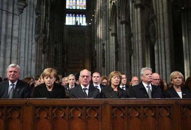 A chanceler da Alemanha, Angela Merkel, e outras autoridades do país são vista em cerimônia em homenagem às vítimas do avião da Germanwings nesta sexta-feira (17) na catedral de Colônia (Foto: Oliver Berg/AFP)