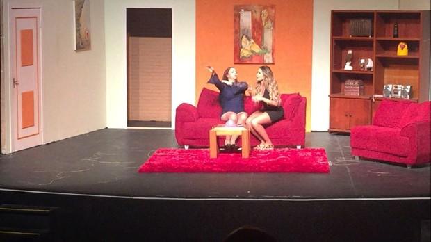 Natacha Horana, bailarina do Domingão do Faustão, está em cartaz na peça Dois Casais em Maus Lençóis (Foto:  JP Slluni/Divulgação)