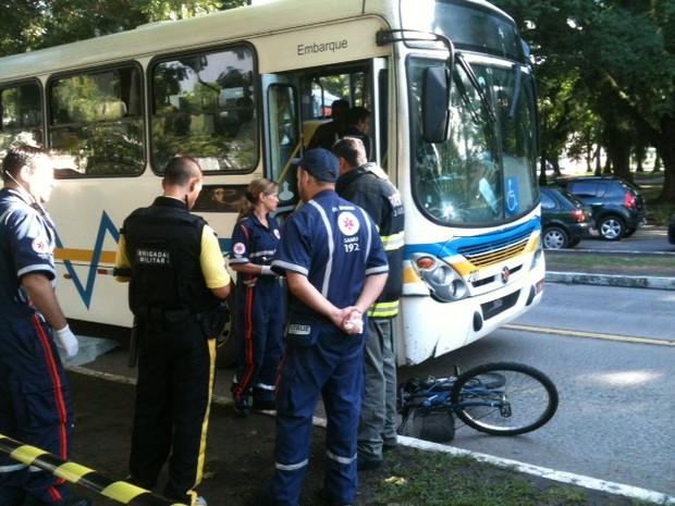 Jovem foi atingida no corredor de ônibus da Avenida Érico Veríssimo (Foto: Dayanne Rodrigues/RBS TV)
