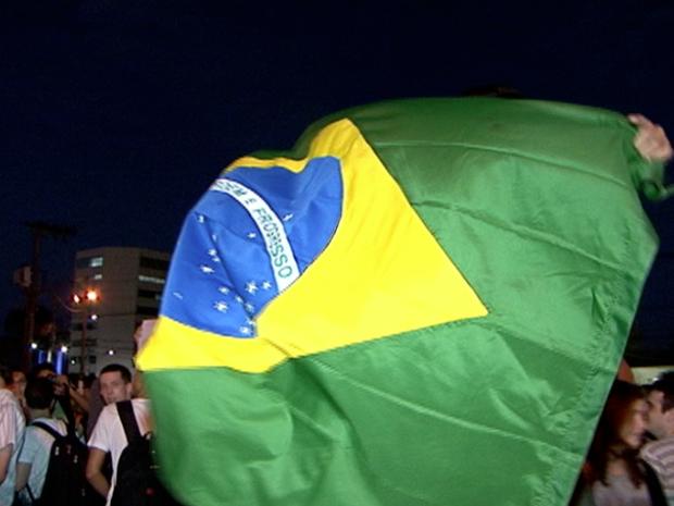 Bandeira do Brasil é levantada em protesto. (Foto: Reprodução/TV Gazeta)