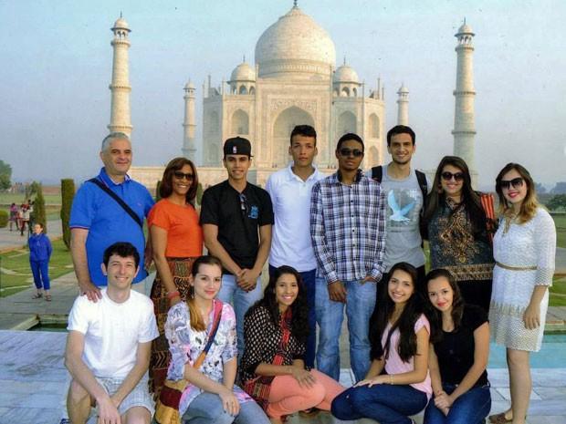 Delegação brasileira formada por alunos e professores no Taj Mahal, um dos principais pontos turísticos da Índia (Foto: Escola Luís Magalhães de Araújo/ Divulgação)