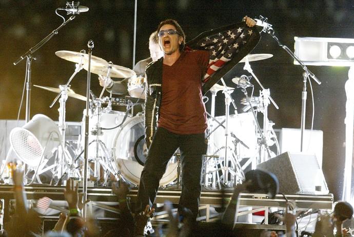 Bono Vox mostrando o forro do terno U2 superbowl 2002 (Foto: Jed Jacobsohn / Getty Images)