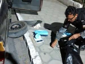 Material foi encontrado dentro do carro da suspeita (Foto: (Foto: Divulgação/Polícia Militar))