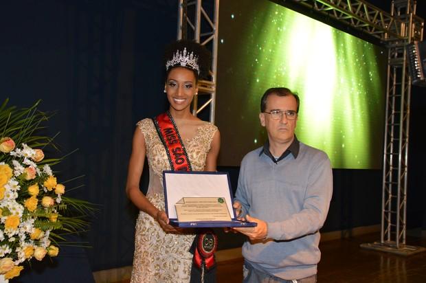 Prefeito entrega Placa de Homenagem a Sabrina Paiva pela conquista doTitulo (Foto: Orlandinho - Casé Assessoria - Divulgação)