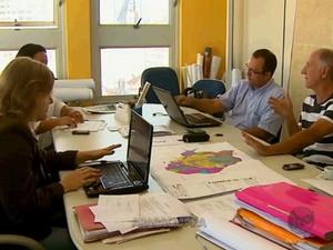 Técnicos responsáveis pela revisão, acertaram últimos detalhes na manhã desta segunda-feira. (Foto: Paulo Chiari/EPTV)