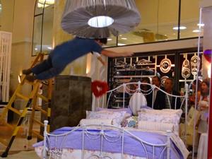 Juliana e Nando caem do alto da escada (Foto: Guerra dos Sexos / TV Globo)