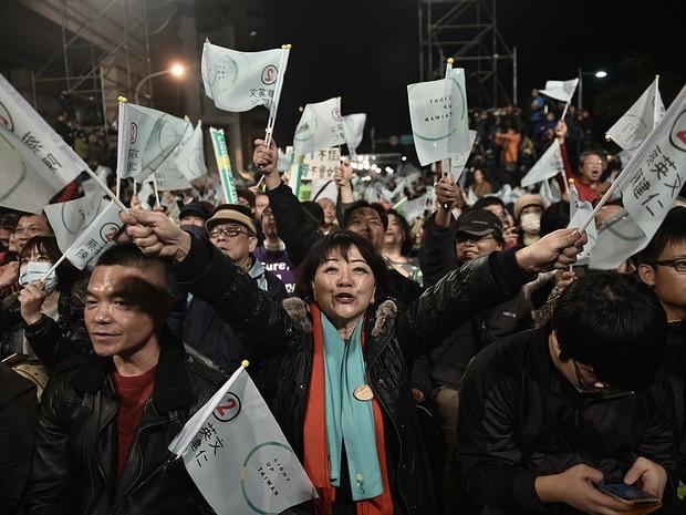 Eleitores comemoram resultado de pesquisa que dá vitória a Tsai Ing-wen como presidente de Taiwan (Foto: Philippe Lopez/AFP)