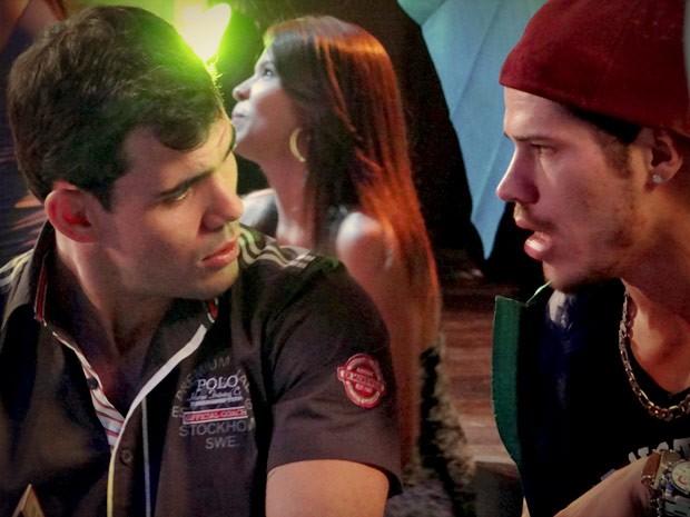 Darkson tenta alertar Adauto sobre a pulada de cerca de Muricy (Foto: Avenida Brasil/TV Globo)